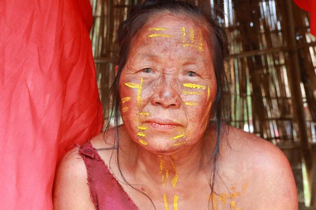 Khuôn mặt đen sạm, nứt nẻ, đầy vết nhăn của 1 nông dân, chẳng khác gì những thổ dân thật sự