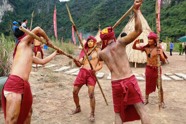 Các nam thanh niên đóng thổ dân diễn các bài diễn, tiết mục phục vụ du khách tham quan