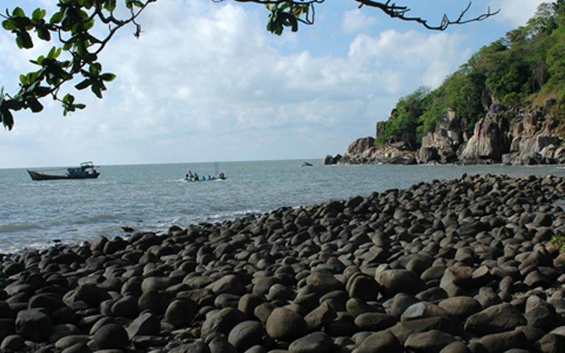 Bãi đá trên đảo Hòn Khoai