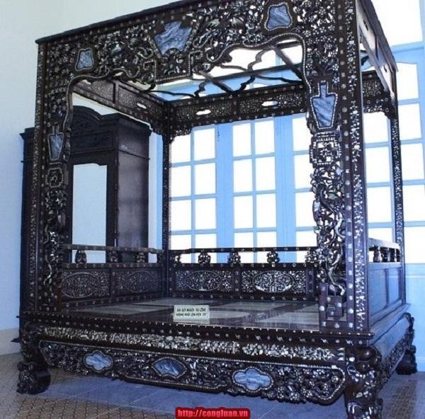 Giường ngủ của công tử đóng bằng gỗ sưa