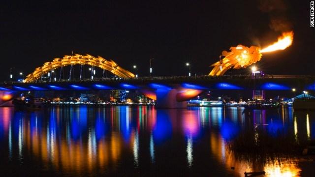 Hình ảnh Cầu Rồng phun lửa phố Sơn Trà