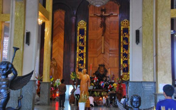 Khung cảnh bên trong chùa Cha Diệp