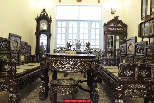 Bộ Trường kỷ ngũ sơn trong phòng tiếp khách của Công tử Bạc Liêu