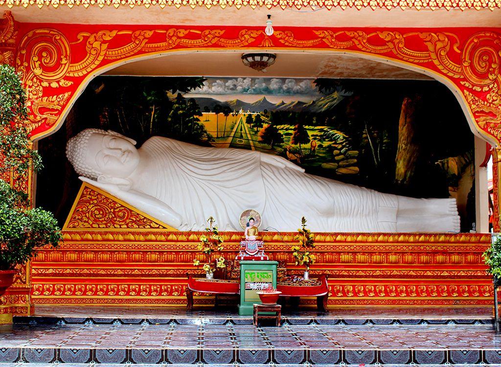 Tượng Phật nhằm ngay ngoài khuôn viên chùa