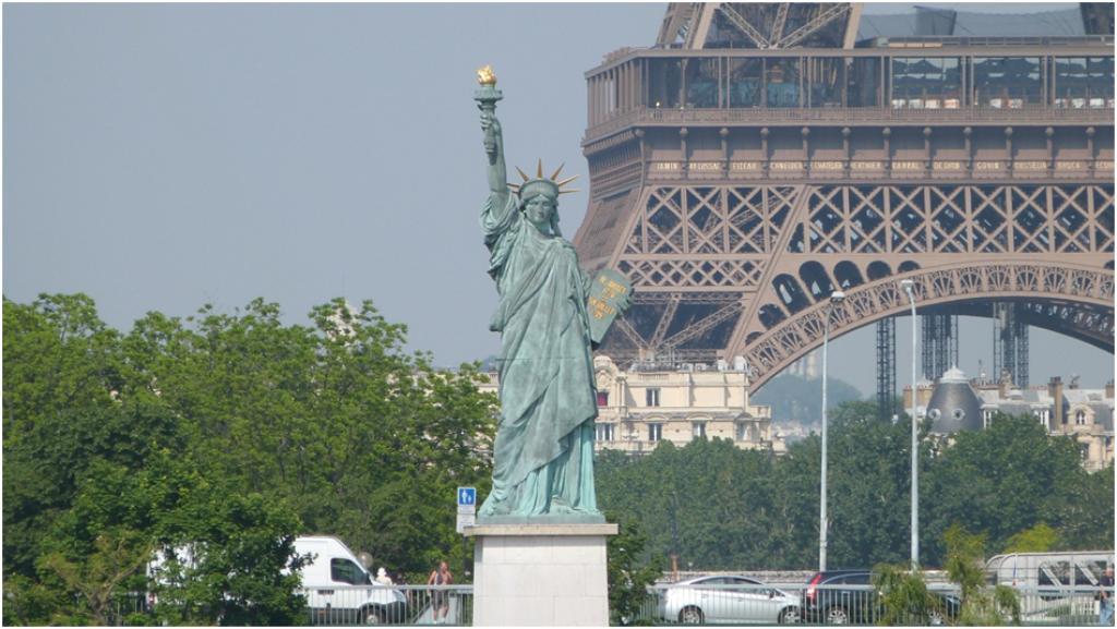 Tượng nữ thần tự do tại Paris Pháp